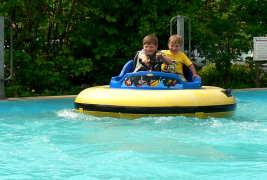 familienfreundlicher Urlaub in Bayern Freizeitpark Kinder Boot fahren